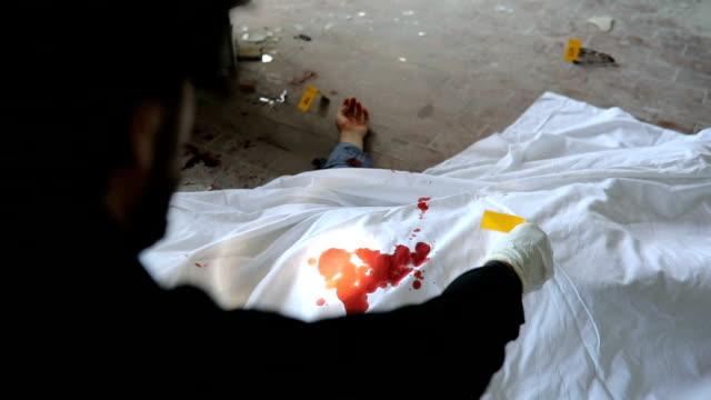 放棄された倉庫で殺人事件 - 検死官点の映像素材/bロール
