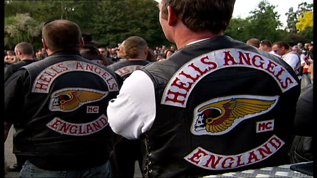 gerry tobin funeral london richmond mortlake crowd of hell's angels listening to marcus berriman eulogy giant wreath of flowers spelling out 'gerry... - berriman stock videos & royalty-free footage