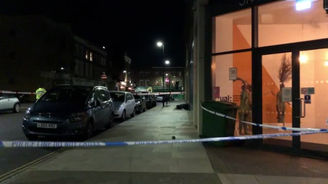 a murder investigation is under way after a man in his 30s was stabbed to death in north london the police have cordoned off the area police and the... - 警視庁点の映像素材/bロール