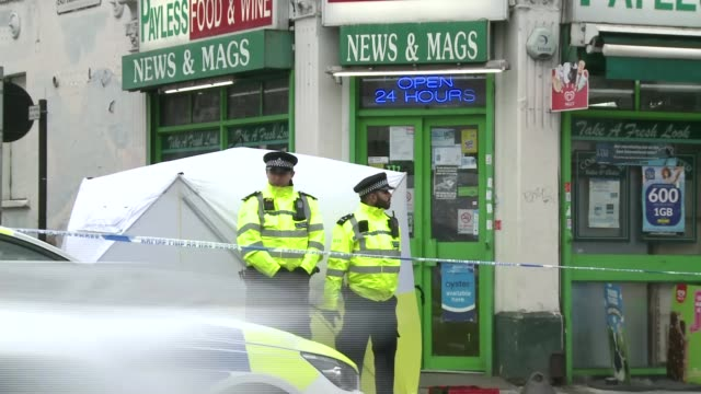 man stabbed to death in dulwich england london dulwich ext police officers and police car outside newsagent at crime scene of stabbing police... - messerstecherei stock-videos und b-roll-filmmaterial