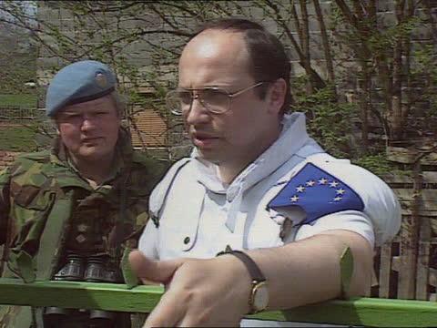 murder of muslim civilians; bosnia herzegovina: near vitez: ext british army 'warrior' mechanised infantry combat vehicles towards thru wooded area... - moving up点の映像素材/bロール