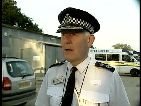 sarah payne body found in hunt for missing girl sarah payne england west sussex chief constable paul whitehouse towards past chief constable paul... - paul whitehouse stock-videos und b-roll-filmmaterial