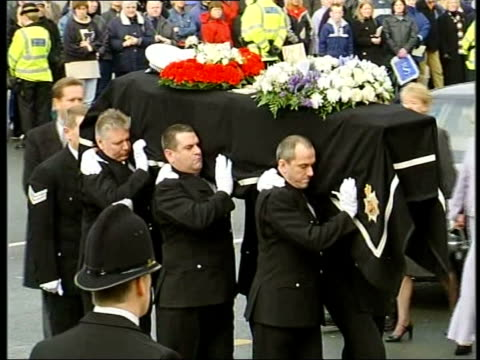 vídeos de stock, filmes e b-roll de funeral service u'lay england manchester ms hearse towards pull out with escort of police officers mounted on white horses in funeral procession of... - widow