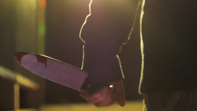 mörder männliche hand mit einem großen messer nahaufnahme - küchenmesser stock-videos und b-roll-filmmaterial