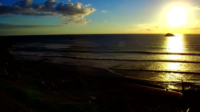 vidéos et rushes de plage de muriwai - région du northland
