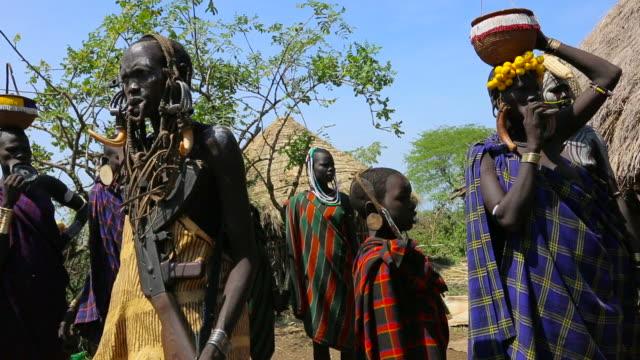 mursi tribe, omo valley 1 - äthiopien stock-videos und b-roll-filmmaterial