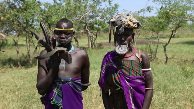 mursi tribe, omo valley 2 - äthiopien stock-videos und b-roll-filmmaterial