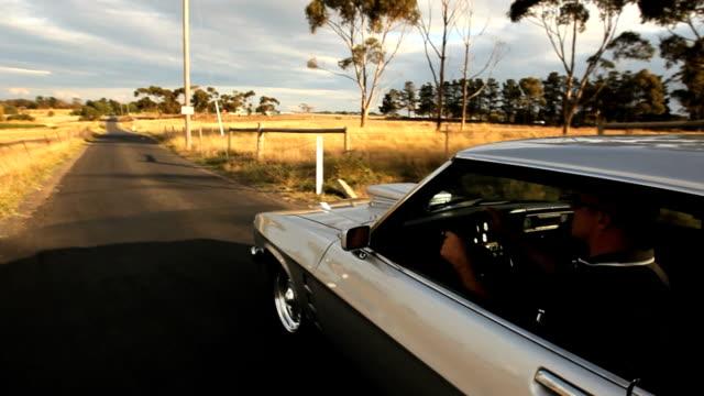 muskel auto fahren auf dem land (24p hd - frisiertes auto stock-videos und b-roll-filmmaterial