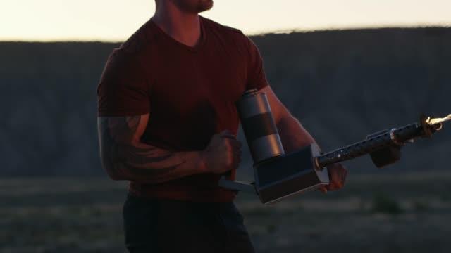 筋肉質、刺青男が火炎放射器を撮影します。 - 権力点の映像素材/bロール