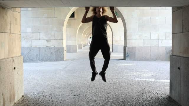 muskulöser mann tun liegestütze auf kolonnade - sich verschönern stock-videos und b-roll-filmmaterial