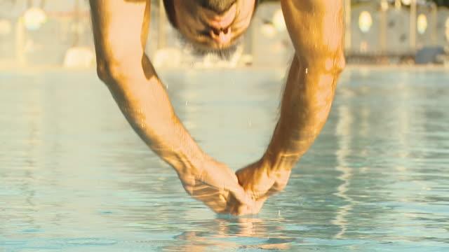 vídeos de stock, filmes e b-roll de hd câmera lenta: musculoso homem pulando na piscina - atleta