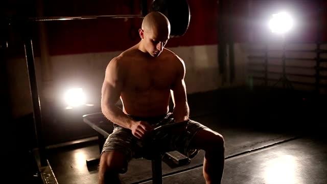 タブレットを使用して筋肉の男性ジムで - 臍点の映像素材/bロール
