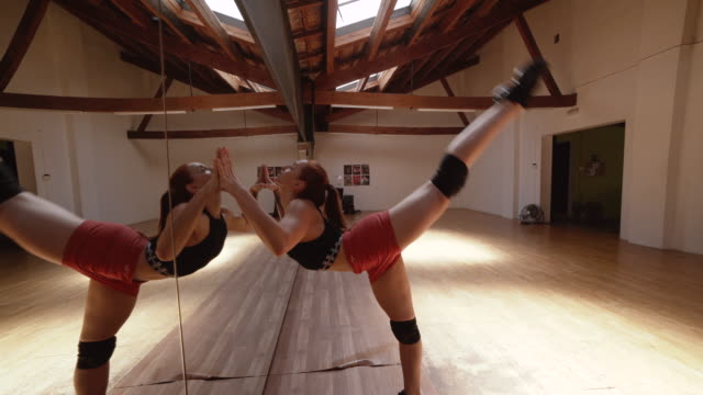 stockvideo's en b-roll-footage met muscular woman with ballet dancer flexibility - dance studio