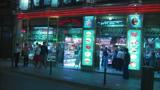 vídeos de stock, filmes e b-roll de ws museo del jamon exterior illuminated at night, madrid, spain - fachada