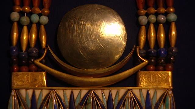 museum of cairo. view of jewelry found in the tomb of tutankhamun, displayed in the museum. - 古代の遺物点の映像素材/bロール