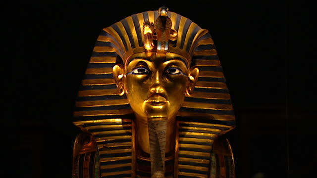 museum of cairo view of the funerary gold face mask of tutankhamun - arte dell'antichità video stock e b–roll