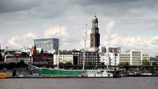 ws museum ship rickmer rickmers on river elbe with st. michael's church and clock tower in background, hamburg, germany - hochbahn passagierzug stock-videos und b-roll-filmmaterial