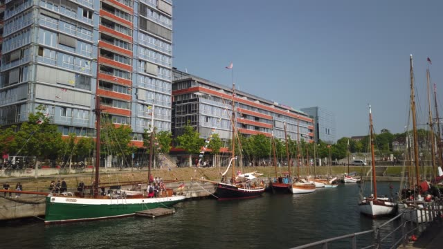 museumshafen kiel - tag der offenen luke auf alten schiffen im germaniahafen. - tina terras michael walter stock-videos und b-roll-filmmaterial