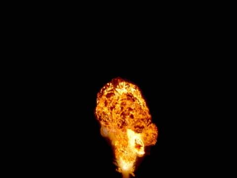 vidéos et rushes de mushroom cloud explosion - champignon nucléaire