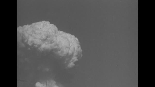 vídeos de stock e filmes b-roll de mushroom cloud forming over water off bikini atoll / note: exact day not known - arma de destruição em massa