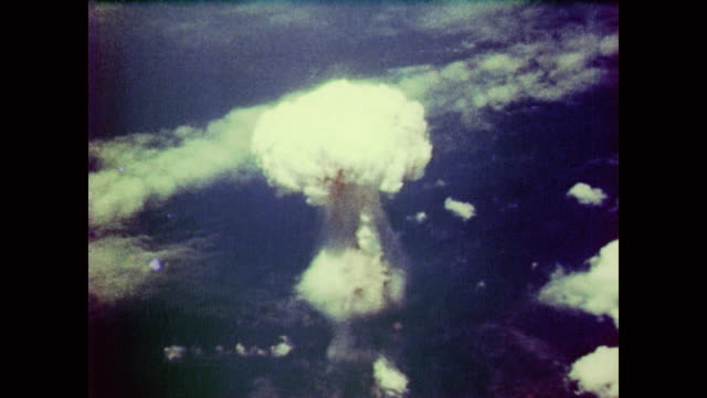 mushroom cloud over nagasaki from bomber's pov - 1940~1949年点の映像素材/bロール