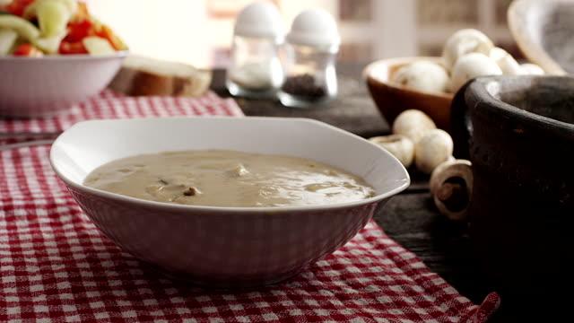 vídeos de stock, filmes e b-roll de sopa de cogumelos - comida e bebida