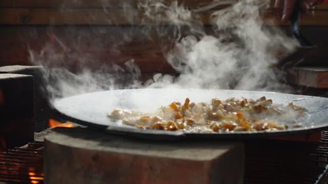 stockvideo's en b-roll-footage met champignon ragout op open haard - eten koken