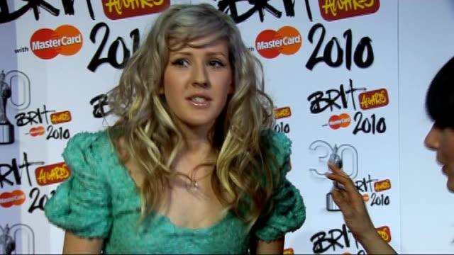 vídeos de stock, filmes e b-roll de 2010 brit awards red carpet arrivals ellie goulding speaking to press / ellie goulding interview sot on her outfit / winning critics choice award /... - ellie goulding