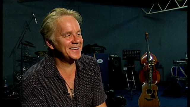 actor tim robbins to tour with folk band; robbins interview sot - on receiving call from johnny cash and asking him to write a new song for film... - ポピュラーミュージックツアー点の映像素材/bロール