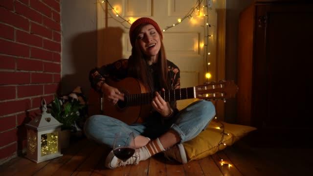 vídeos de stock, filmes e b-roll de música em casa durante o natal - singer