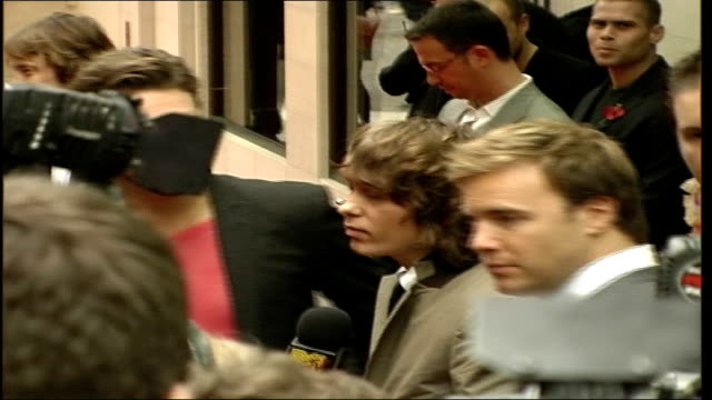 music awards; mark owen , gary barlow and howard donald posing for photographers ext jonathan ross with his wife jane goldman along on red carpet - ジェーン ゴールドマン点の映像素材/bロール