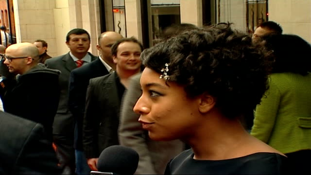 red carpet arrivals side view of corinne bailey rae speaking to press sot / bailey rae posing for photocall / corinne bailey rae interview sot... - hair clip stock videos & royalty-free footage