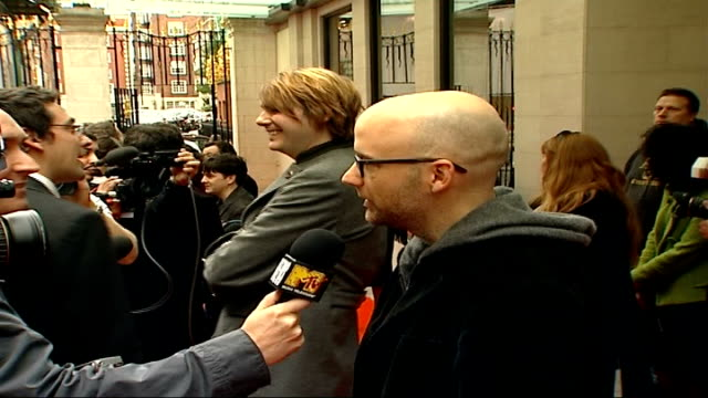 red carpet arrivals; side view of moby speaking to press - モービー点の映像素材/bロール