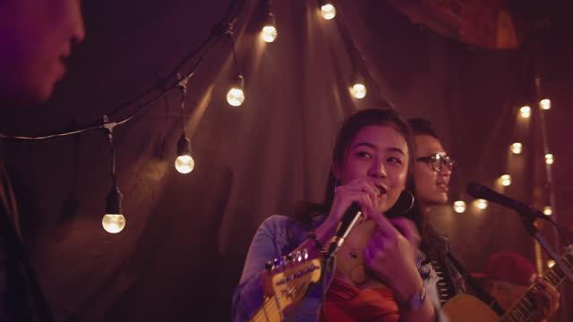 vidéos et rushes de groupe de musique exécutant sur l'étape à la club de nuit - singer