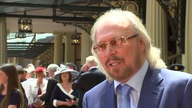 barry gibb interview on receiving knighthood; england: london: buckingham palace: barry gibb interview sot - the bee gees bildbanksvideor och videomaterial från bakom kulisserna