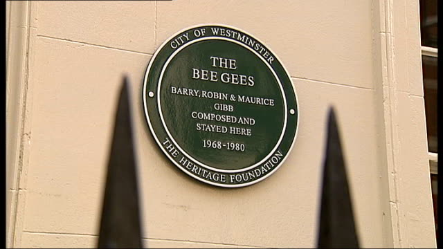 bee gees plaque unveiled in london; brook street: green plaque on wall marking house where bee gees composed and stayed robin gibb making thumbs up... - the bee gees bildbanksvideor och videomaterial från bakom kulisserna