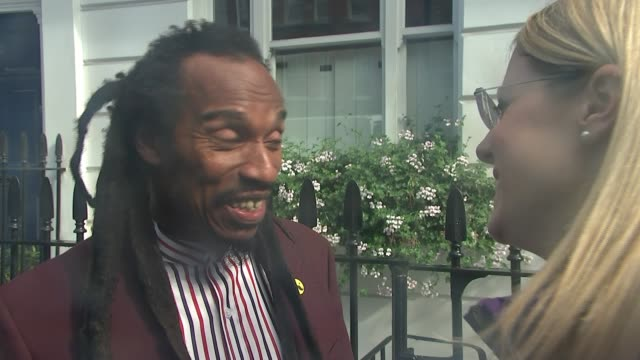 blue plaque unveiled for bob marley in chelsea; england: london: chelsea: ext benjamin zephaniah interview sot house lived in by bob marley with blue... - ボブ・マーリー点の映像素材/bロール