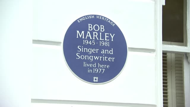 blue plaque unveiled for bob marley in chelsea; england: london: chelsea: ext / raining benjamin zephaniah unveiling blue plaque various shots of... - ボブ・マーリー点の映像素材/bロール