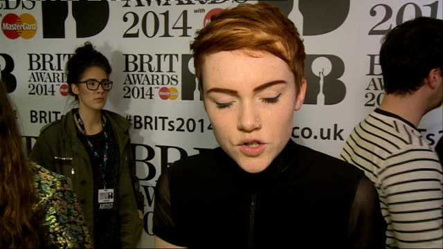 vídeos de stock, filmes e b-roll de brit awards 2014 nominations launch obscured shot of ellie goulding posing / chloe howl interview sot / ella eyre interview sot - ellie goulding