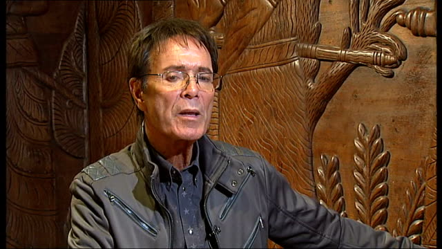 vídeos de stock, filmes e b-roll de cliff richard to record covers album with motown stars richard at press conference richard interview sot - título de álbum