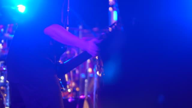 musik-konzert-gitarrist. gitarrist auf der bühne. - popmusiker stock-videos und b-roll-filmmaterial