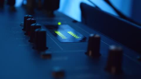 vidéos et rushes de boutons de commande de musique matériel de mélangeur de musique de studio à la salle de studio. - but égalisateur