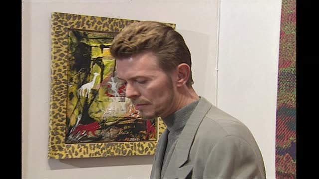 stockvideo's en b-roll-footage met david bowie death a look at his impact on popular culture lib london int david bowie at an exhibition of his paintings david bowie interview sot i'm... - david bowie