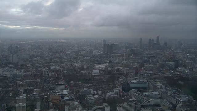 vídeos de stock e filmes b-roll de david bowie death aerials of london air views london cityscapes / bt tower with message 'rest in peace david bowie' / city buildings / city... - bt tower londres