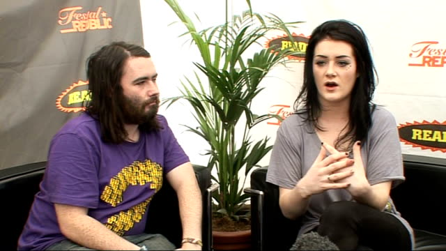 vídeos de stock, filmes e b-roll de day 2 of reading festival 2009: fight like apes interview; fight like apes interview sot - the dublin music scene / on their sound, mary-kate's voice... - carling weekend reading festival