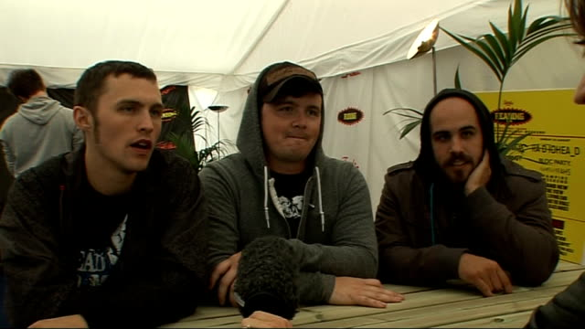 vídeos y material grabado en eventos de stock de day 2 of reading festival 2009: interviews; broadway calls interview sot - on what music they like listening to - they are pop punk band - on their... - reading and leeds festivals