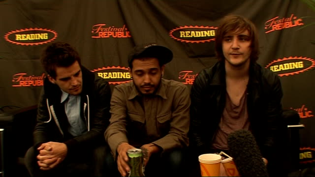 vídeos y material grabado en eventos de stock de day 2 of reading festival 2009: interviews; int kids in glass houses interview sot - talk about being nervous but having fun - festivals like these... - reading and leeds festivals