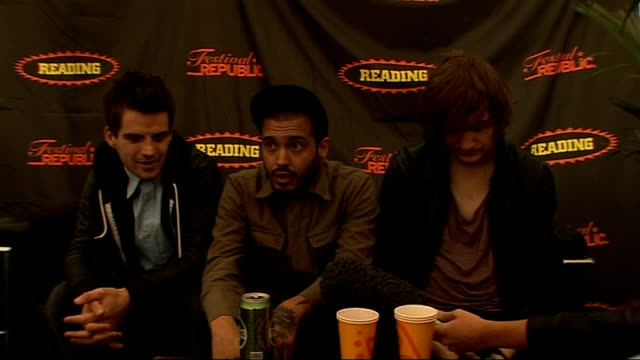 vídeos y material grabado en eventos de stock de day 2 of reading festival 2009: interviews; kids in glass houses interview sot - talk about their album and how supportive the label is - saying as... - reading and leeds festivals