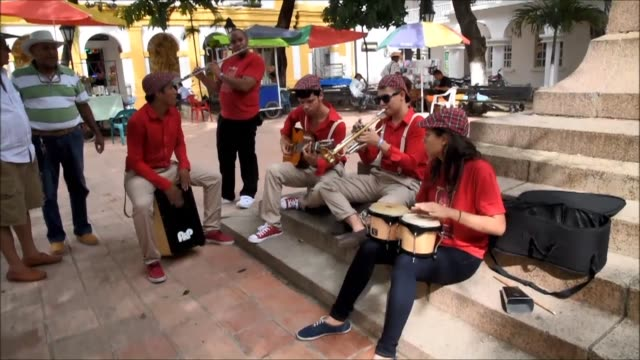 vídeos de stock e filmes b-roll de music echoes in the streets during a jazz festival in santa cruz de mompox a remote town in northern colombia to which gabriel garcia marquez devoted... - remote location