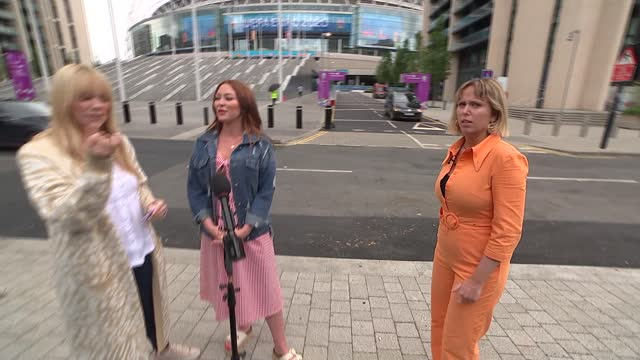 atomic kitten interview; england: london: wembley: wembley stadium: ext liz mcclarnon and natasha hamilton interview sot / liz mcclarnon and natasha... - リズ・マクラーノン点の映像素材/bロール